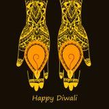 Mains tenant le diya indien, festival de Diwali Photographie stock libre de droits