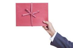 mains tenant le livre rouge de journal intime. Image stock