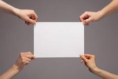 Mains tenant le papier Images libres de droits