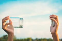 Mains tenant le pot en verre pour garder l'air frais images stock