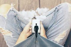 Mains tenant le smartphone abstrait Photos libres de droits