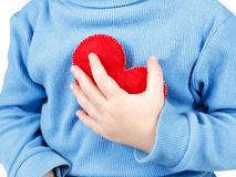 Mains tenant le symbole de coeur de bébé Concept de l'amour, de la santé et du soin Photographie stock libre de droits