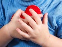 Mains tenant le symbole de coeur de bébé Concept de l'amour, de la santé et du soin Photographie stock