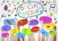 Mains tenant les icônes sociales de media Images libres de droits