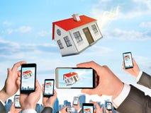 Mains tenant les téléphones et la vidéo intelligents de pousse As Image stock