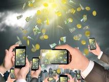 Mains tenant les téléphones et la vidéo intelligents de pousse As Photos libres de droits