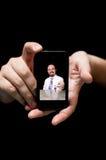 Mains tenant Smartphone, montrant l'employé d'hôtel donnant votre RO Photo libre de droits
