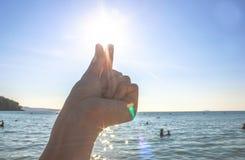 Mains tenant un sable sous la forme du coeur image libre de droits