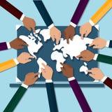 Mains touchant la carte du monde Photographie stock libre de droits