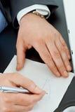Mains traçant le graphique Photographie stock libre de droits