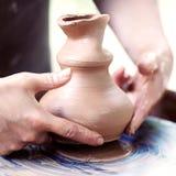 Mains travaillant à la roue de poterie Image libre de droits