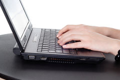 Mains travaillant sur l'ordinateur portatif Photo libre de droits