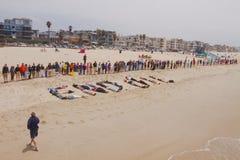 Mains à travers le rassemblement de sable Photos libres de droits
