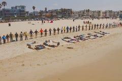 Mains à travers le rassemblement de sable Photos stock