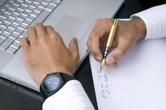 Mains : Un homme d'affaires au travail Image stock