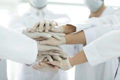 Mains unies de fin d'équipe médicale  Photo libre de droits
