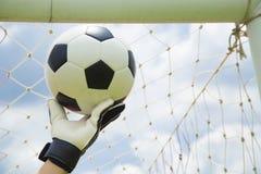 Mains utilisées par gardien de but pour des crochets la boule Photo libre de droits