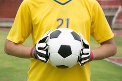 Mains utilisées par gardien de but pour des crochets la boule Images libres de droits