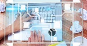 Mains utilisant l'ordinateur portable avec le recouvrement Images stock