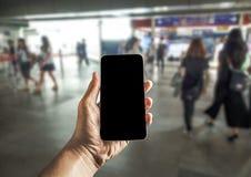 Mains utilisant le téléphone portable Photos stock