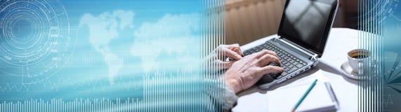 Mains utilisant un ordinateur portable, effet de la lumière dur Drapeau panoramique illustration libre de droits