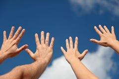 Mains vers le haut dans le ciel Photos stock