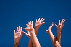 Mains vers le haut dans le ciel Images stock