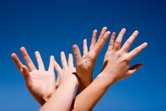 Mains vers le haut dans le ciel Photo stock