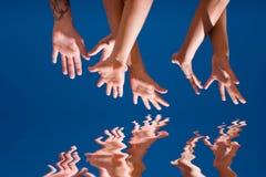 Mains vers le haut dans le ciel Photographie stock