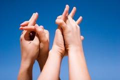 Mains vers le haut dans le ciel Photographie stock libre de droits
