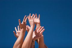 Mains vers le haut dans le ciel Image stock