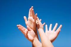 Mains vers le haut dans le ciel Image libre de droits