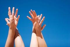 Mains vers le haut dans le ciel Images libres de droits