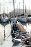 Mainsail που διπλώνεται πάνω από τη γέφυρα sailboat στοκ φωτογραφίες με δικαίωμα ελεύθερης χρήσης