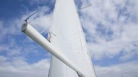 Mainsail против неба стоковые фото