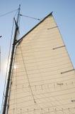 Mainsail ed albero di legno della barca a vela dello Schooner immagini stock