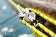 mainsheet特写镜头在老葡萄酒木游艇的有黄色绳索的 免版税库存图片