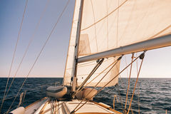 Mainsheet en rol met kabel van de varende boot Royalty-vrije Stock Afbeeldingen