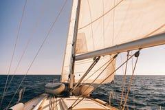 Mainsheet y rodillo con la cuerda del barco de navegación Imágenes de archivo libres de regalías