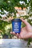 Maintenez café calme et de boissons Tasse de papier bleue sur le fond de nature Photographie stock