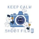 Maintenez film calme et de pousse Photocamera de vintage, cassette de film et fleurs de magnolia avec la citation Illustration de Photos libres de droits