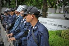Maintenez l'ordre en état d'alerte en dehors d'une ambassade américaine Photographie stock libre de droits