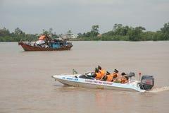 Maintenez l'ordre la patrouille le port dans le delta du Mékong, Vietnam Photo libre de droits