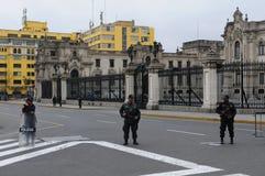 Maintenez l'ordre la position devant le palais de gouvernement à Lima, Pérou images libres de droits