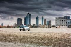 Maintenez l'ordre la voiture et la berline tous terrains de ville sur une plage sablonneuse dans le backg Photographie stock