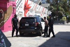 Maintenez l'ordre le jeune homme non identifié frappant en plage de Venise, CA image libre de droits