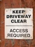 Maintenez le stationnement interdit clair d'allée le panneau blanc et noir de signe photos libres de droits