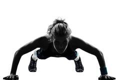 Maintien de pousées de forme physique de séance d'entraînement de femme