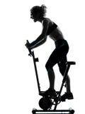 Maintien faisant du vélo de forme physique de séance d'entraînement de femme Image libre de droits