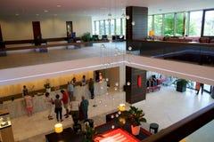 MAINZ, DUITSLAND - 8 JULI, 2017: Modern binnenland van de hal in Hilton Mainz Hotel met mensen die in lijn wachten Royalty-vrije Stock Afbeeldingen